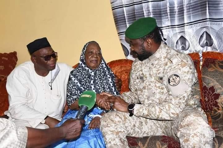Mois de Solidarité : Le Président de la Transition rend visite à la plus vieille femme du district de Bamako